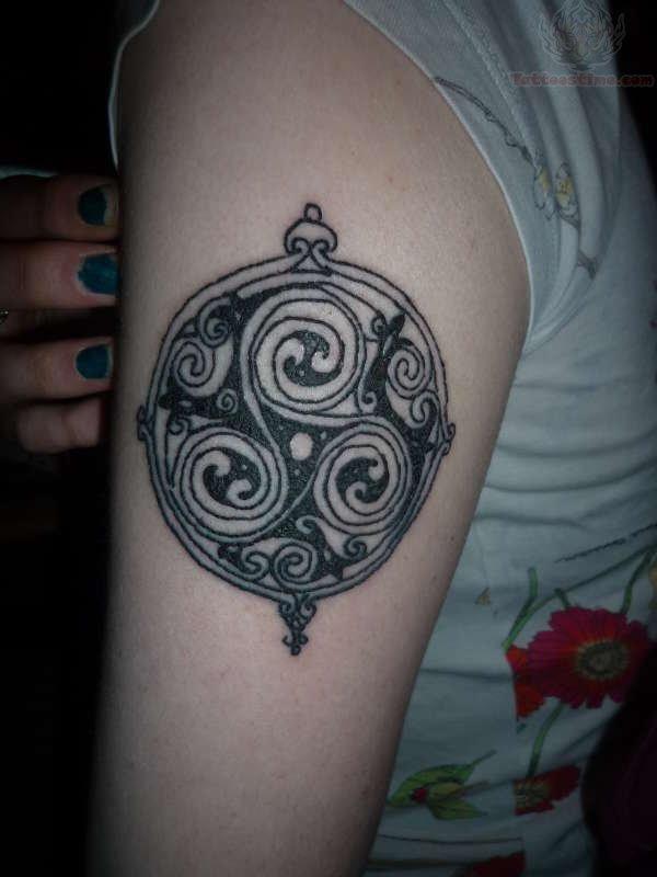 celtic spiral tattoo in circle rh tattoostime com celtic double spiral tattoo celtic spiral knot tattoo