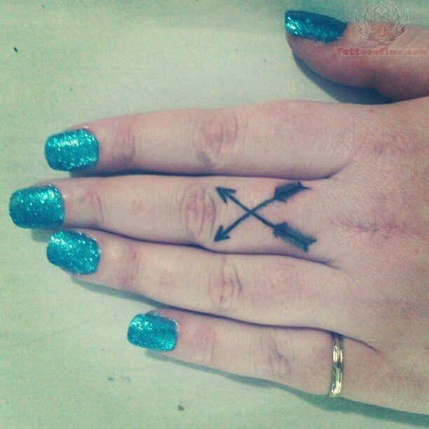 Arrow Tattoo Finger: Arrow Cross Tattoos On Finger