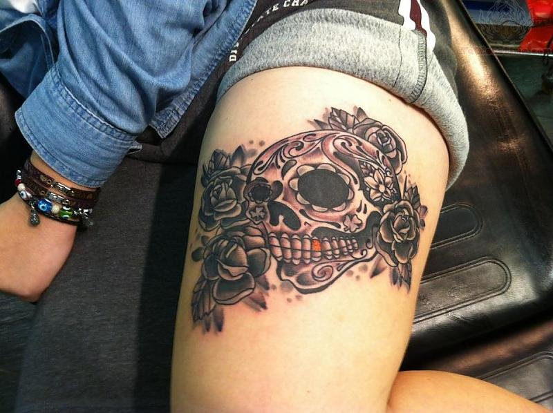 skull and roses tattoo on thigh interior home design. Black Bedroom Furniture Sets. Home Design Ideas