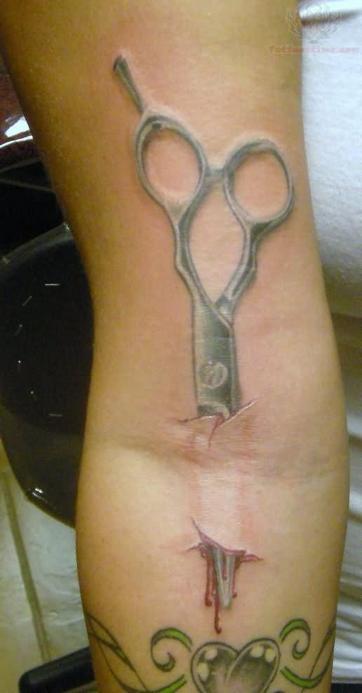 Тату с ножницами