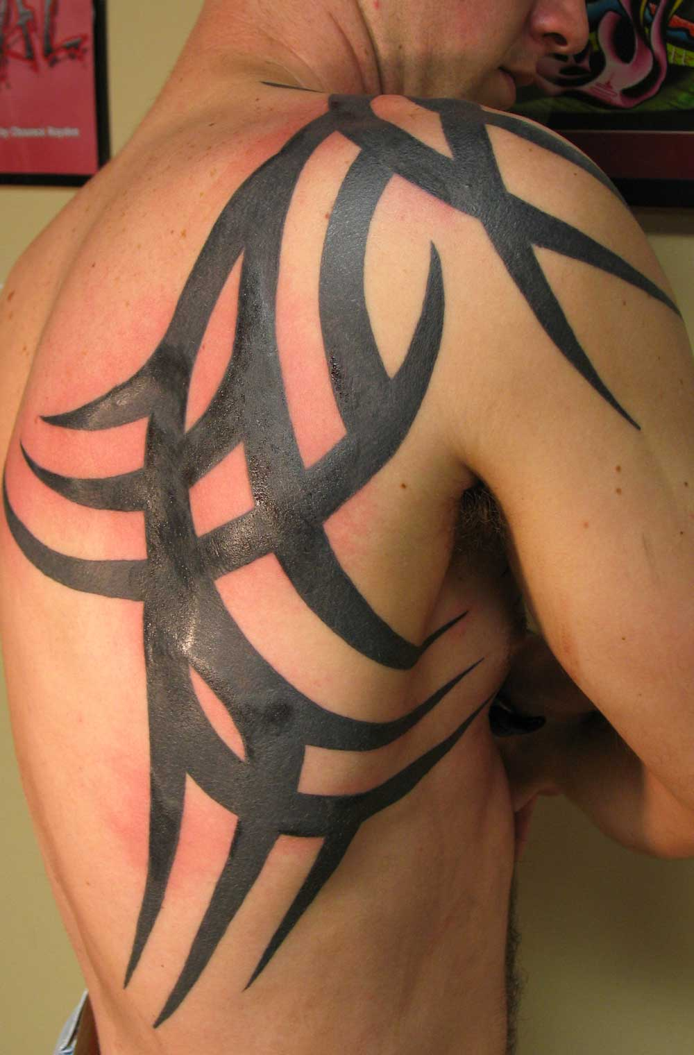 Awesome Black Ink Tribal Tattoo On Right Back Shoulder For Men