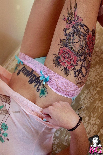 Clock and red roses thigh tattoo for Tattoo rose on thigh