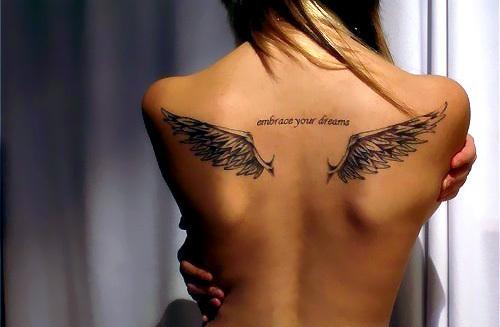 Тату крылья на спине девушки