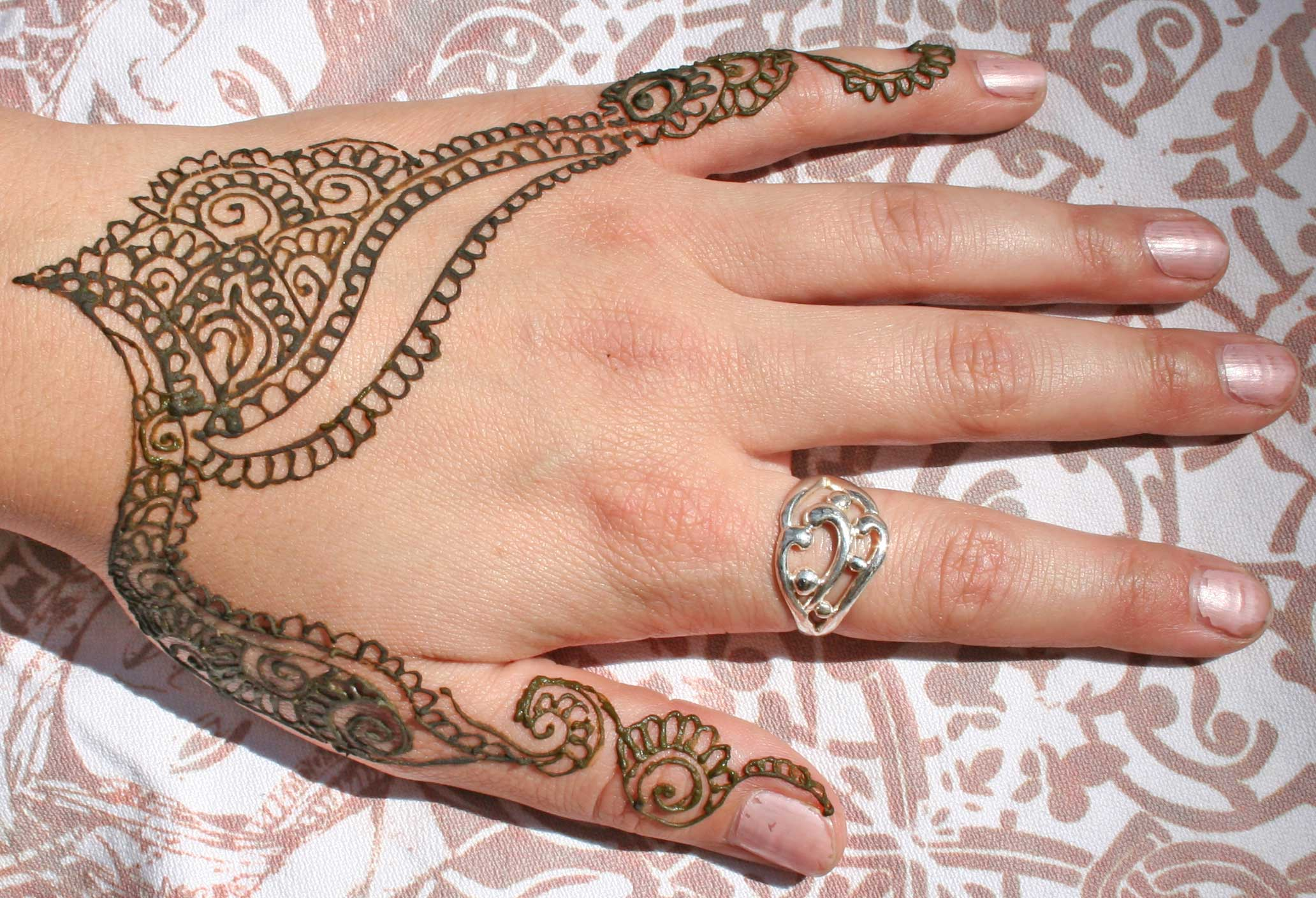 dcb7716139c5a Awful Henna Tattoo On Girl Left HAnd