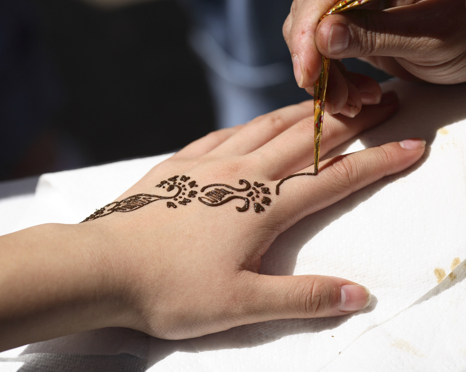 Mehndi Tattoo Back Hand : Colored henna tattoo on right back hand
