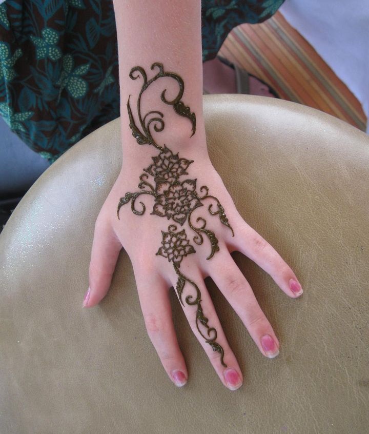 c197efe05de73 Special Henna Tattoo On Girl Left Hand
