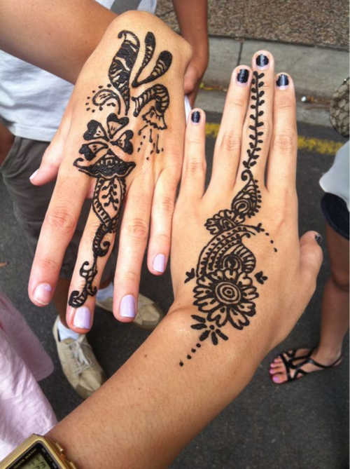 Giel Showing Her Henna Tattoos On Both HandsEasy Henna Hand Tattoos