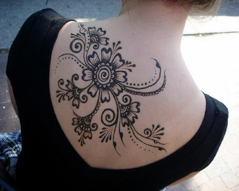 Unique Henna Tattoo On Girl Upperback