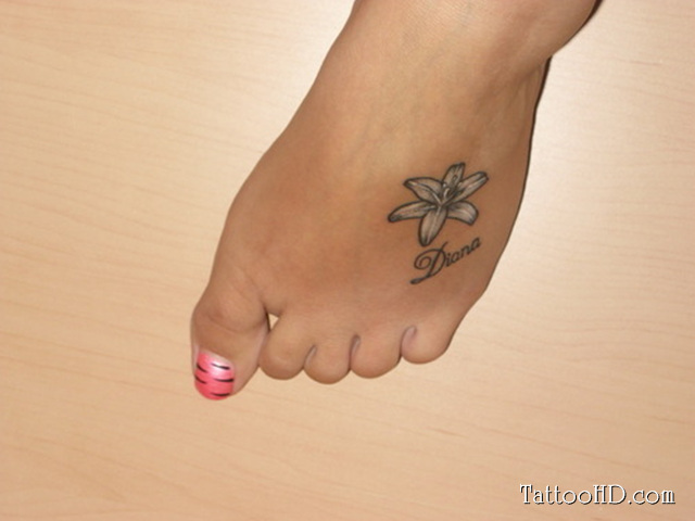 Awesome white flowers feet tattoo - Small foot design ...