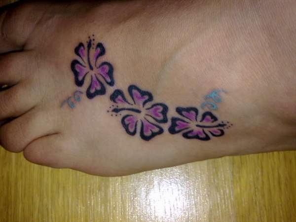 foto de Girl Hibiscus Flowers Tattoo On Left Foot